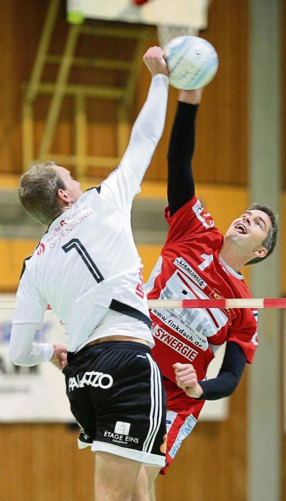 Faustball, Männer, Hallenfaustball, Hallensaison 2016/2017, 1. Bundesliga Süd, TV Vaihingen (rot) gegen FBC Offenburg (weiß), Block mit Kolja Meyer TVV rechts und Sven Muckle (links)